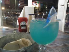 """Shark Bite en Joe's Crab, el tiburón """"vomita"""" granadina en el cóctel"""